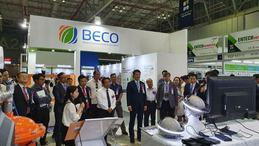 BTC Thăm quan gian hàng doanh nghiệp đến từ Hàn Quốc.
