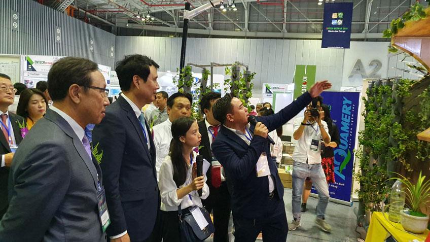 Ông Trần Văn An, GĐ Công ty CP Giải Pháp Năng Lượng Smart giới thiệu giải pháp sống xanh, sạch cho hộ gia đình.